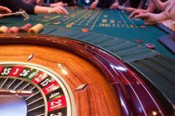 Ein Roulette Kessel steht auf dem Roulette Tisch