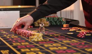 Ein Dealer steht neben dem Roulette Tisch