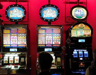 Ein Foto von Spielautomaten im Casino