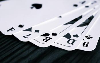 Fünf schwarze Spielkarten